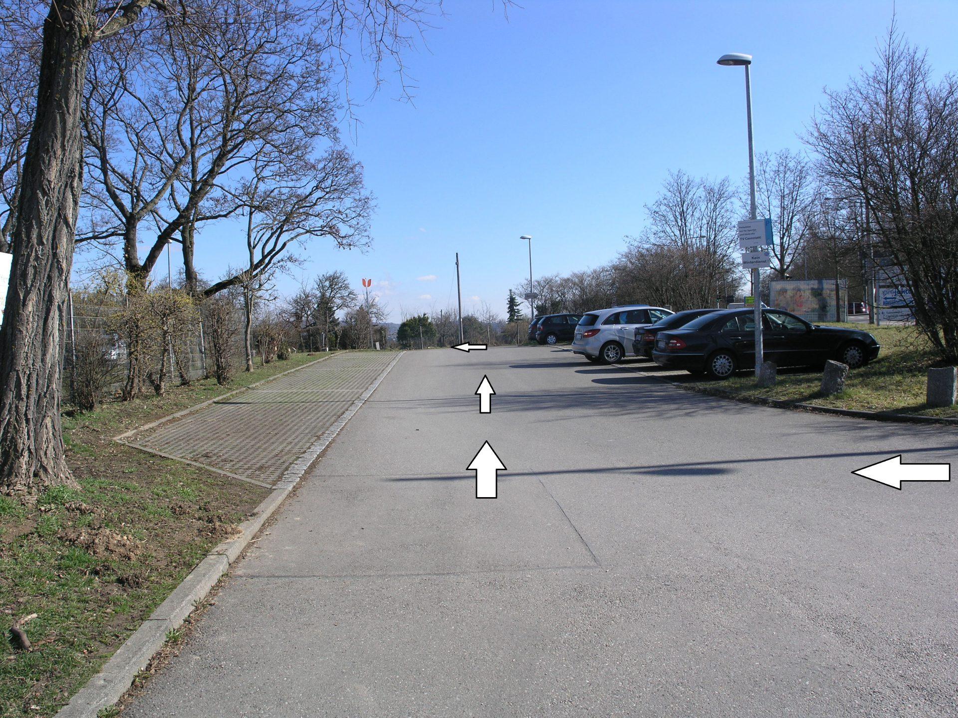 Folgen Sie der Straße geradeaus weiter.