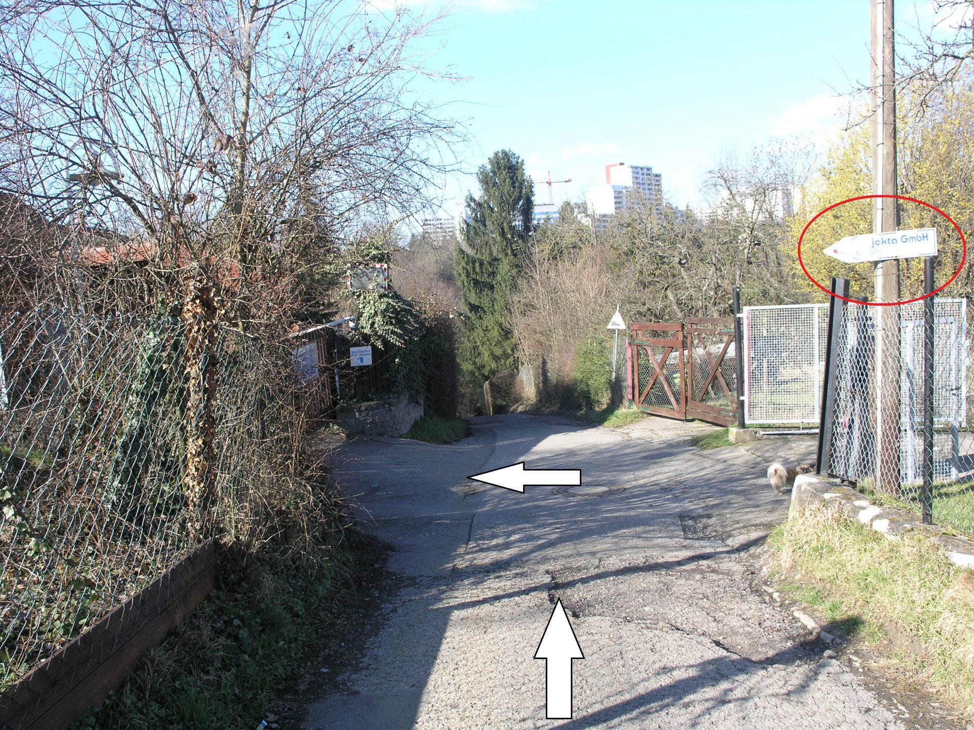 """Nach dem """"Projekta"""" Schild rechts auf die Straße abbiegen, die zum Turnverein führt"""